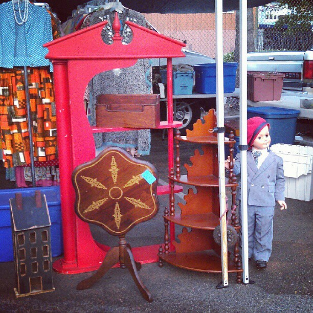 Unique vintage furniture pieces and our favorite little friend. In Y34! #fleamarket #melrosetradingpost #antique #vintage #red #wood