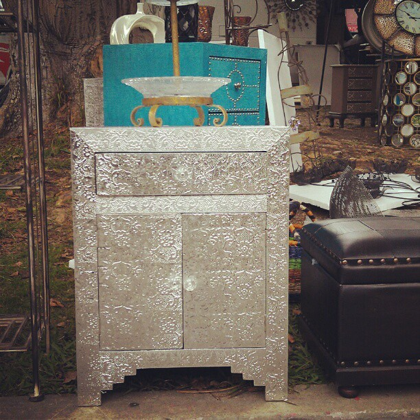 Look at this hot little thing! In G2 #Melrosetradingpost #fleamarket #furniture #HAMMERED #metal