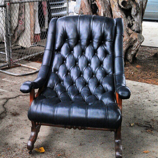 We are in love with this leather chair!! #fleamarket #Melrosetradingpost #design #furniture #chair #LA