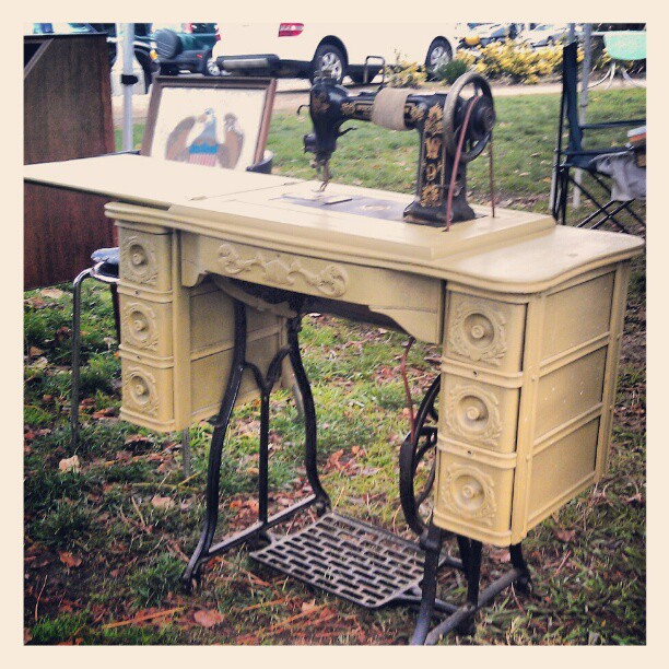 There's a fancy vintage sewing table in G2!! #Melrosetradingpost #fleamarket #singer #sew #vintage #antique #la