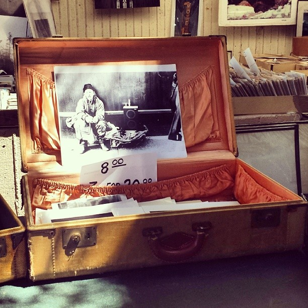 What a gorgeous suitcase! Mark the photo man has some lovely displays!