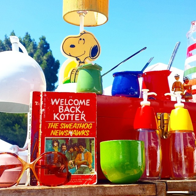 We love it when vendors set up colorful vintage displays like this one from @pleaseandthankyoustore in B20.  #MTPfairfax
