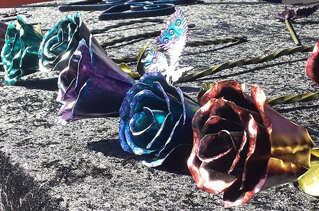 These flowers are made of metal handcrafted to a lover's delight. These are great for Valentines Day!! Check these out at booth B53 @themadscientistofmetal #melrosetradingpost #mtpfairfax #Melrose #fairfax #fleamarket #losangeles #california #Sundayfunday