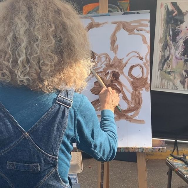 We love watching @juliearnoff painting️She does custom paintings of dogs as well, which you can check out on her page ️